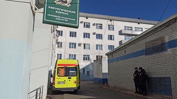 Сотрудники полиции на территории Пермской краевой больницы, где проходит заседание суда по делу Тимура Бекмансурова