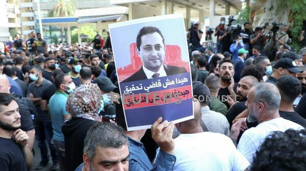 Акция протеста против Тарека Битара, ведущего судьи по расследованию взрыва в порту, возле Дворца правосудия в Бейруте, Ливан