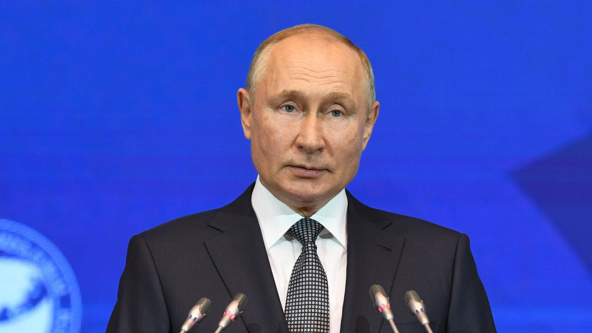 Президент РФ Владимир Путин выступает на открытии третьего Евразийского женского форума в Таврическом дворце в Санкт-Петербурге - РИА Новости, 1920, 14.10.2021