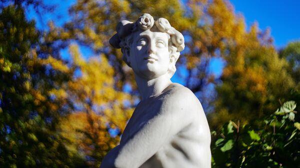 Скульптура в Летнем саду в Санкт-Петербурге