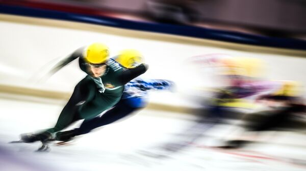 Спортсмены во время соревнований по шорт-треку на Кубке Союза конькобежцев России в Коломне.