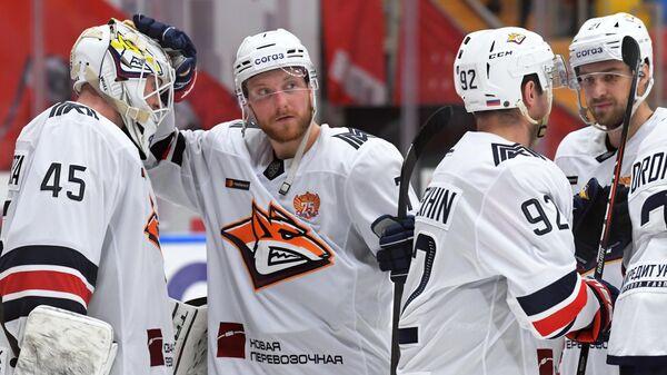 Игроки ХК Металлург радуются победе в матче регулярного чемпионата Континентальной хоккейной лиги сезона 2021/2022 между ХК Спартак (Москва) и ХК Металлург (Магнитогорск).