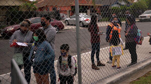 Родители провожают детей в школу в Мэйвуде, США