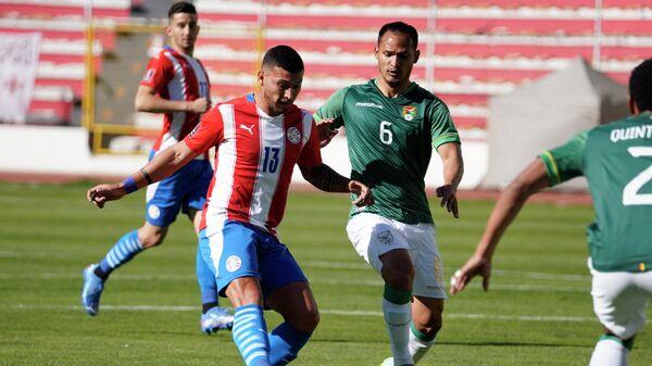 Игровой момент в матче Боливия - Парагвай