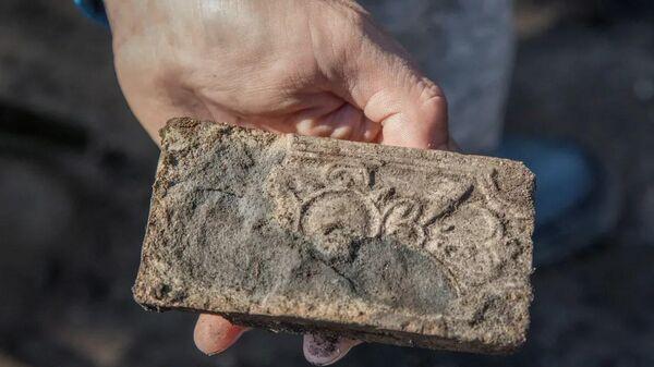Печной изразец, обнаруженный археологами во время раскопок в Орле