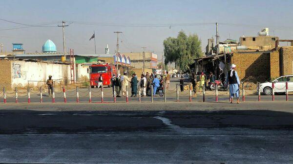 Члены движения Талибан* возле шиитской мечети в Кандагаре, в которой прогремел взрыв