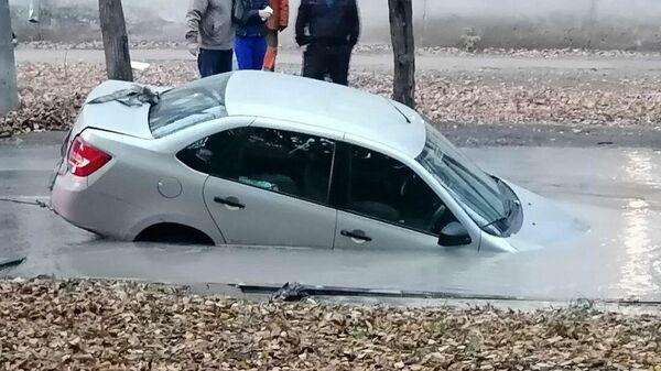 Автомобиль провалился в яму с водой в Самаре из-за утечки на водоводе