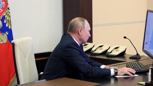 Президент РФ Владимир Путин принимает участие во Всероссийской переписи населения в электронном формате
