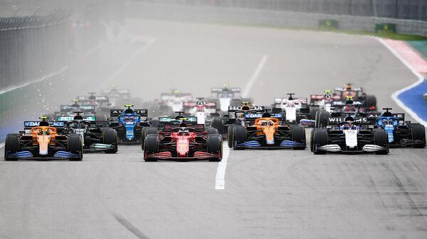 Пилоты в гонке на российском этапе чемпионата мира по кольцевым автогонкам в классе Формула-1 Гран-при России в Сочи.