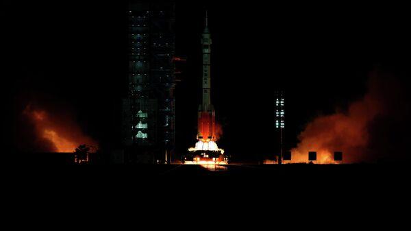 Запуск китайской ракеты-носителя с пилотируемым кораблем Шэньчжоу-13 с космодрома Цзюцюань