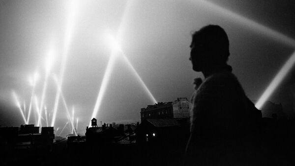 Великая Отечественная война 1941-1945 гг. Лучи прожекторов войск ПВО освещают небо Москвы