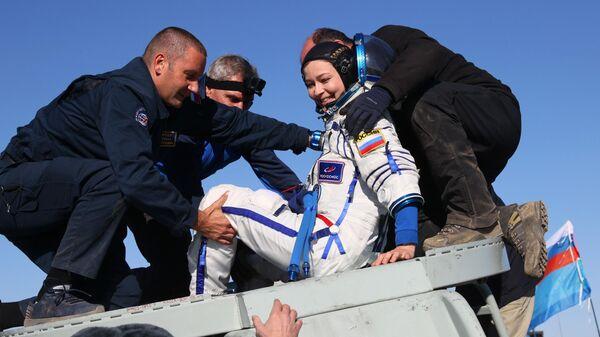 Член съемочной группы фильма Вызов актриса Юлия Пересильд после посадки спускаемого аппарата транспортного пилотируемого корабля Союз МС-18