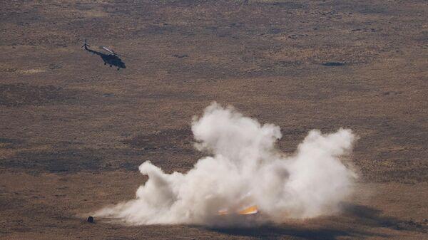 Спускаемый аппарат транспортного пилотируемого корабля Союз МС-18 во время посадки в степи юго-восточнее города Жезказган