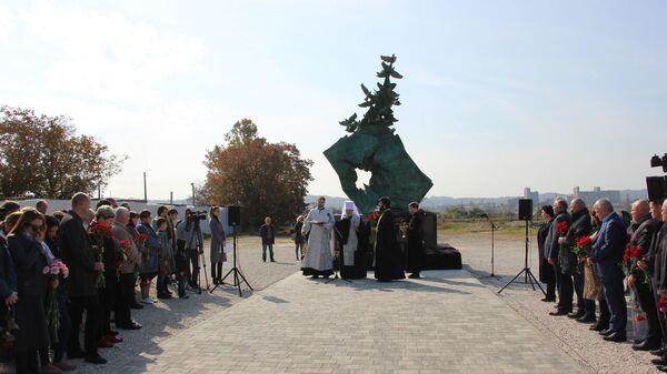 Открытие мемориала Жертвам трагедии в Керчи 17 октября 2018 года в память о погибших во время стрельбы в колледже