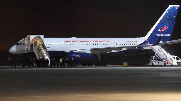 Самолет Центра подготовки космонавтов с членами экипажа 66-й экспедиции на Международную космическую станцию на борту в аэропорту Чкаловский