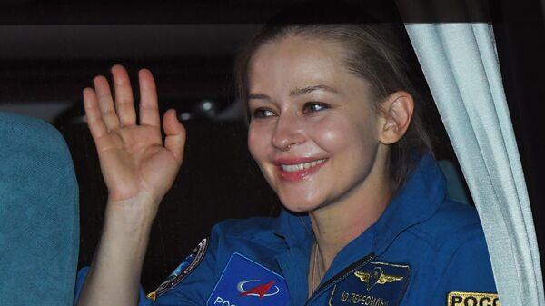 Актриса Юлия Пересильд, член экипажа 66-й экспедиции на Международную космическую станцию и участница съемочной группы фильма Вызов, в аэропорту Чкаловски