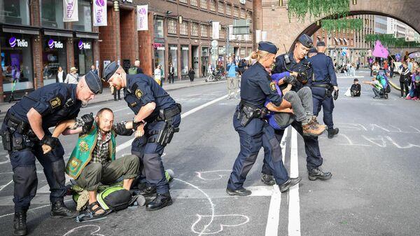 Полиция задерживает участников экологической акции протеста в Стокгольме, Швеция