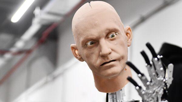 Сборка и отладка человекоподобного робота Robo-C в цехе компании по производству роботов Промобот в Перми