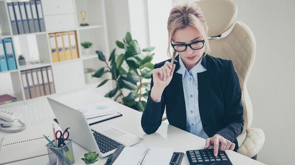Женщина бизнесмен во время работы