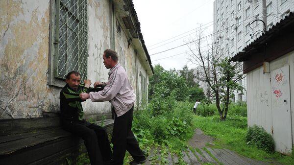 Местные жители на одной из улиц в Архангельске