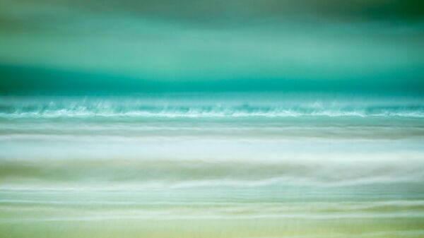 Работа фотографа Rachel McNulty Waves Crashing занявшая 1-е место в категории Искусственный в фотоконкурсе Close-up Photographer of the Year 2021