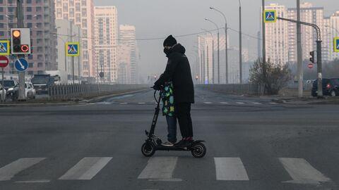 Мужчина с ребенком катаются на электросамокате в Екатеринбурге