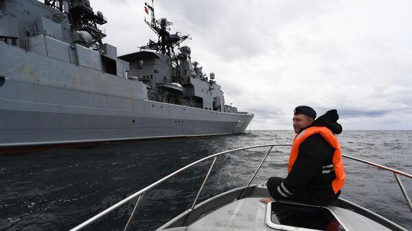 Военнослужащий ВМФ во время совместных российско-китайских военно-морских учений Морское взаимодействие – 2021 в Японском море