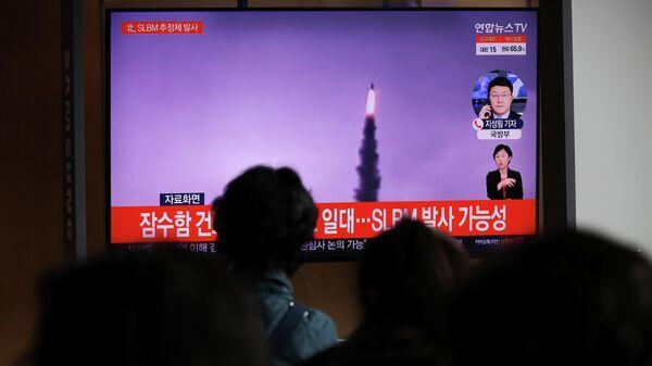 Жители Южной Кореи смотрят телевизионный репортаж о запуске Северной Кореей баллистической ракеты