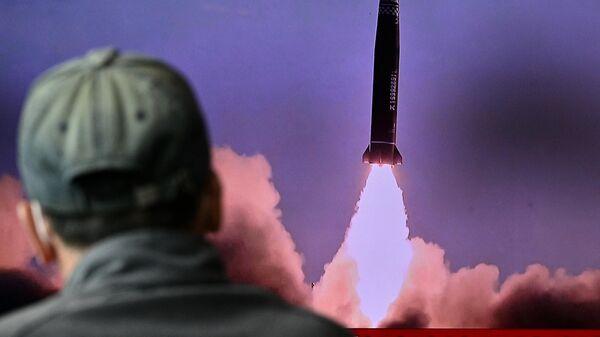 Кадры запуска баллистической ракеты КНДР в Японском море во время трансляции новостного выпуска в Сеуле