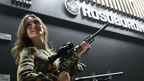 Девушка на стенде Рособоронэкспорта на Международной выставке Интерполитех-2021