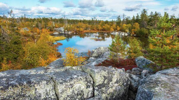 Озеро на горе Воттоваара в Карелии