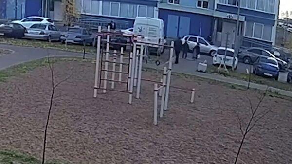 Мужчина преследовал двух девочек на детской площадке в Нижнекамске. Кадры с камеры слежения