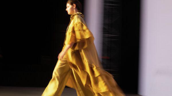 Модели демонстрируют одежду на Mercedes-Benz Fashion Week Russia