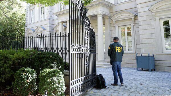 Агент ФБР на посту во время обыска в доме Олега Дерипаски в Вашингтоне