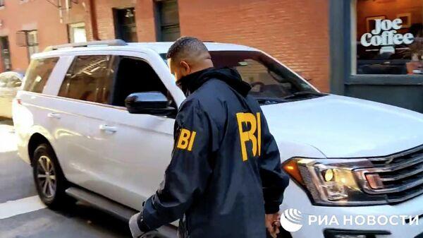 Сотрудники ФБР перекрыли улицу в Нью-Йорке в связи с обысками в домах семьи Дерипаски