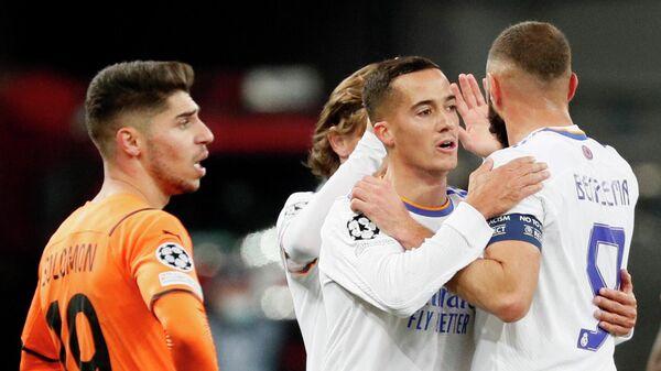 Футболисты Реала празднуют забитый гол в ворота Шахтера.