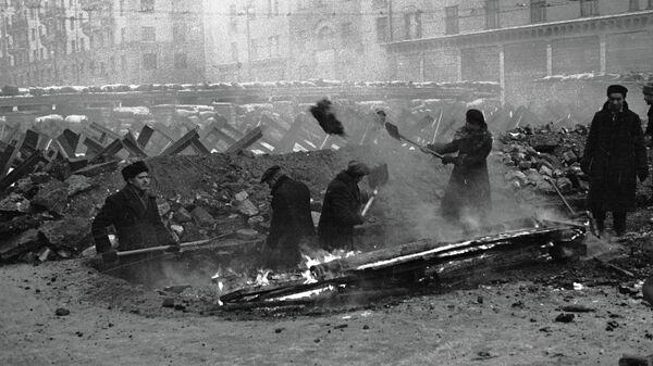 Москвичи строят противотанковые укрепления