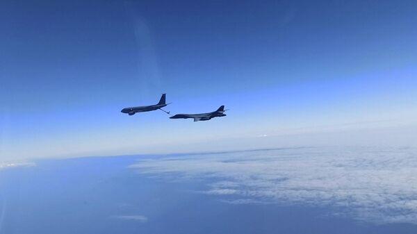 Российские Су-30 сопроводили бомбардировщики США над Черным морем. Кадры Минобороны