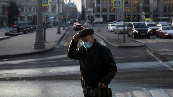 Мужчина в маске на улице в Москве