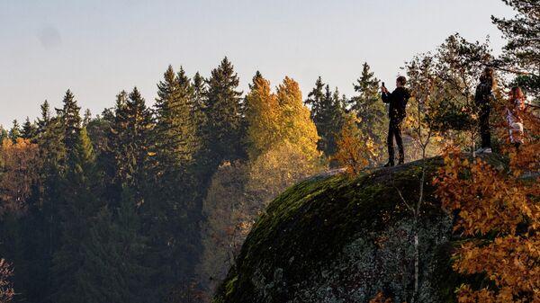 Посетители в скальном пейзажном парке Монрепо в Выборге