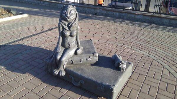 Скульптура Кошка на чемоданах в Кургане