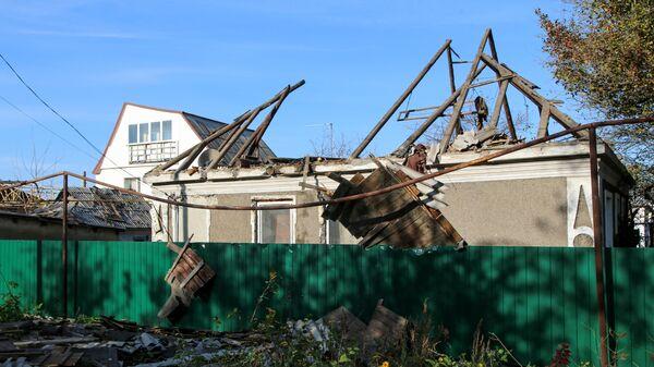 Жилой дом на улице Дружбы в Донецке, в крышу которого попал снаряд