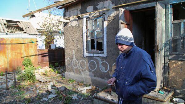 42-летний житель Донецка у своего дома на улице Дружбы, в крышу которого попал снаряд