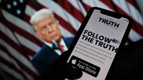 Иконка приложения социальной сети Truth Social на экране смартфона