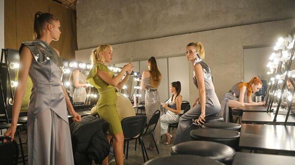 Модели перед показом дизайнера Alena Nega в рамках Mercedes-Benz Fashion Week Russia в Музее Москвы