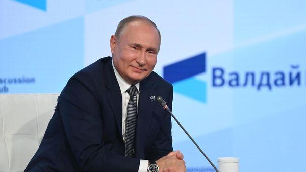 Президент РФ Владимир Путин на пленарной сессии XVIII ежегодного заседания Международного дискуссионного клуба Валдай