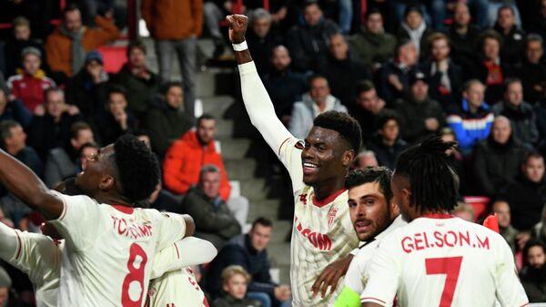 Футболисты Монако празднуют забитый мяч в ворота ПСВ.