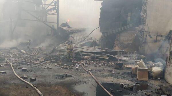 Сотрудники МЧС на месте пожара в пороховом цеху завода Эластик в Рязанской области