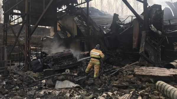 Сотрудник МЧС на месте пожара в пороховом цеху завода Эластик в Рязанской области
