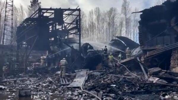 Сотрудники МЧС РФ устраняют последствия взрыва на пороховом заводе в Рязанской области. Скриншот видео